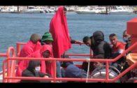 Rescatan a dos migrantes de una barca de juguete y a otros cinco de una patera
